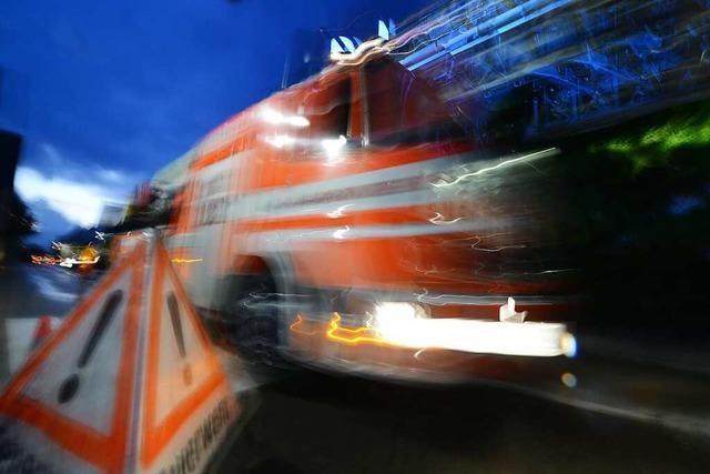 Geräteschuppen beim Rugby Club in Hugstetten brennt