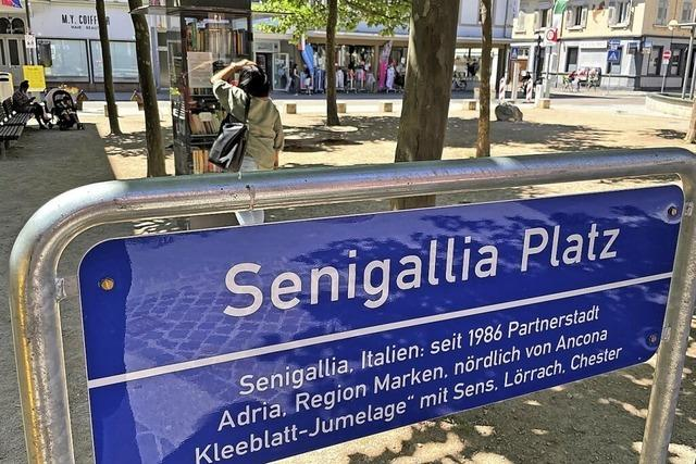 Neue Schilder für die Plätze der Partnerstädte