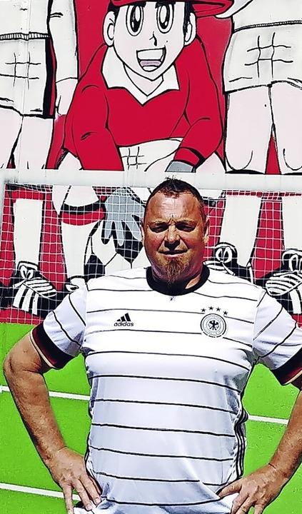 Roland Sick vor seiner Fußballwand    Foto: Privat