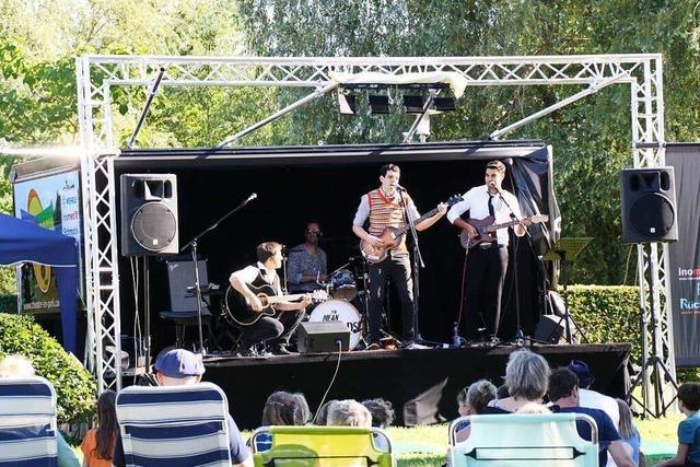 The Mean Musterds füllen den Kenzinger Bürgerpark im Beatles-Look
