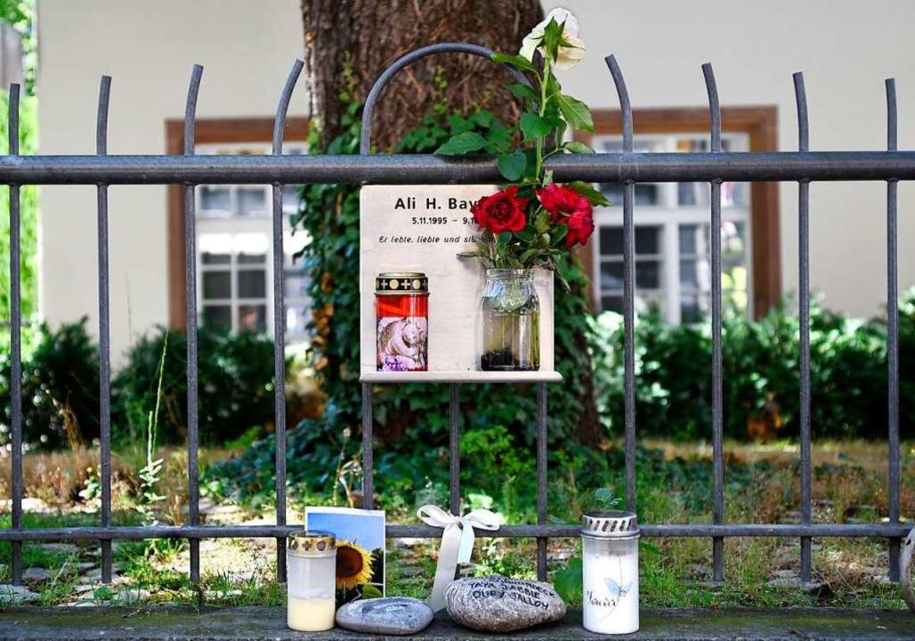 An der Niemensstraße erinnert eine kleine Gedenktafel an Ali B.    Foto: Thomas Kunz