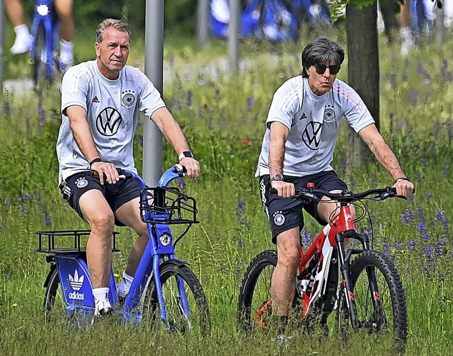 Entspannt zum Training: Joachim Löw (rechts) und Torwarttrainer Andreas Köpke  | Foto: CHRISTOF STACHE (AFP)