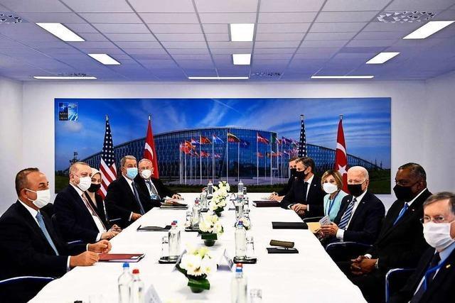 Nato wegen Russland und China beunruhigt – Merkel für Dialog