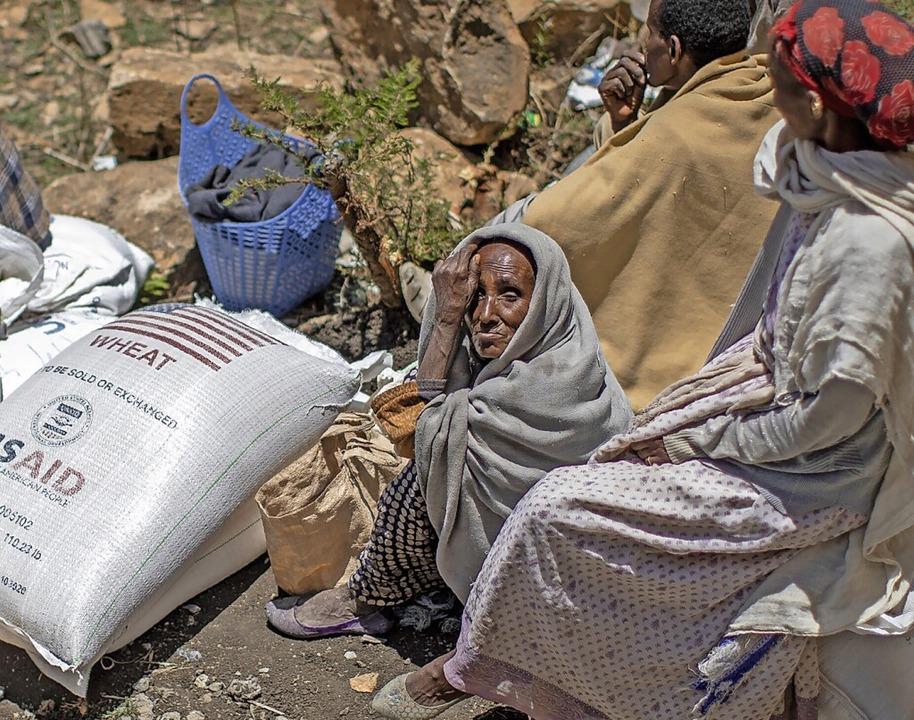 Eine äthiopische Frau sitzt neben eine...iner Hilfsorganisation verteilt wurde.    Foto: Ben Curtis (dpa)