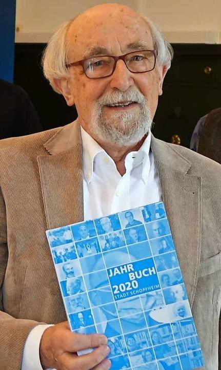 Autor Klaus Strütt mit dem Jahrbuch 2020    Foto: Roswitha Frey