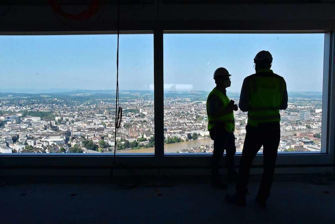 Arbeiten mit Aussicht: Im 46. Stock de...re Ausblicke auf Basel und die Region.  | Foto: Kathrin Ganter