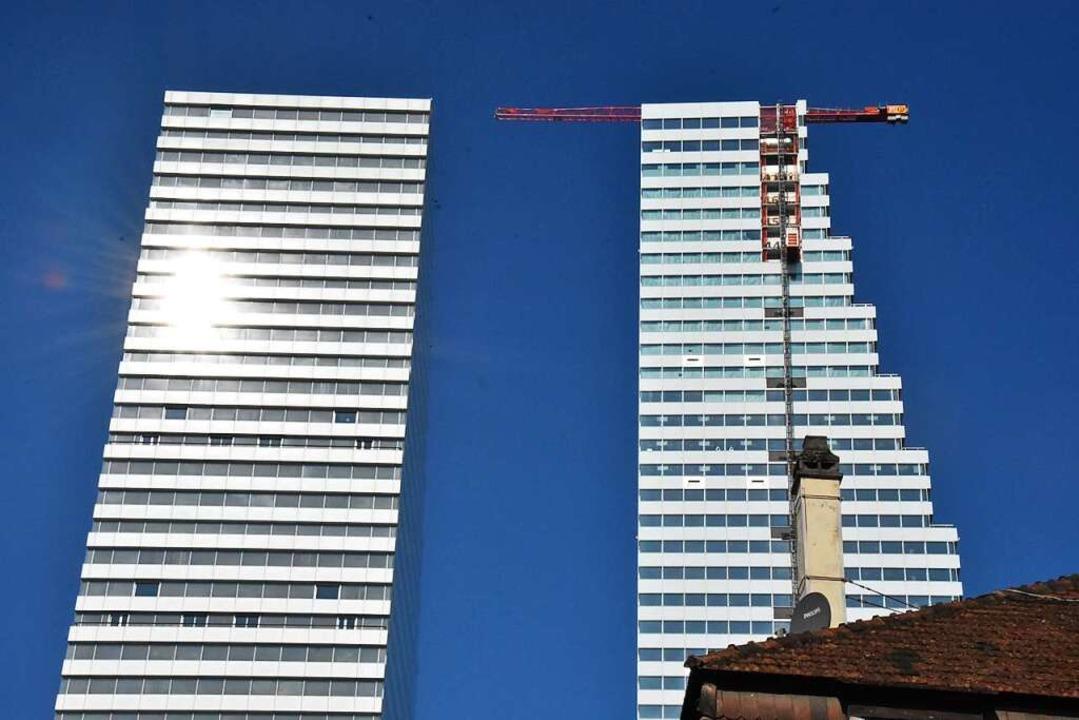 Die Roche-Zwillingstürme, rechts der noch im Bau befindliche Bau 2.  | Foto: Kathrin Ganter