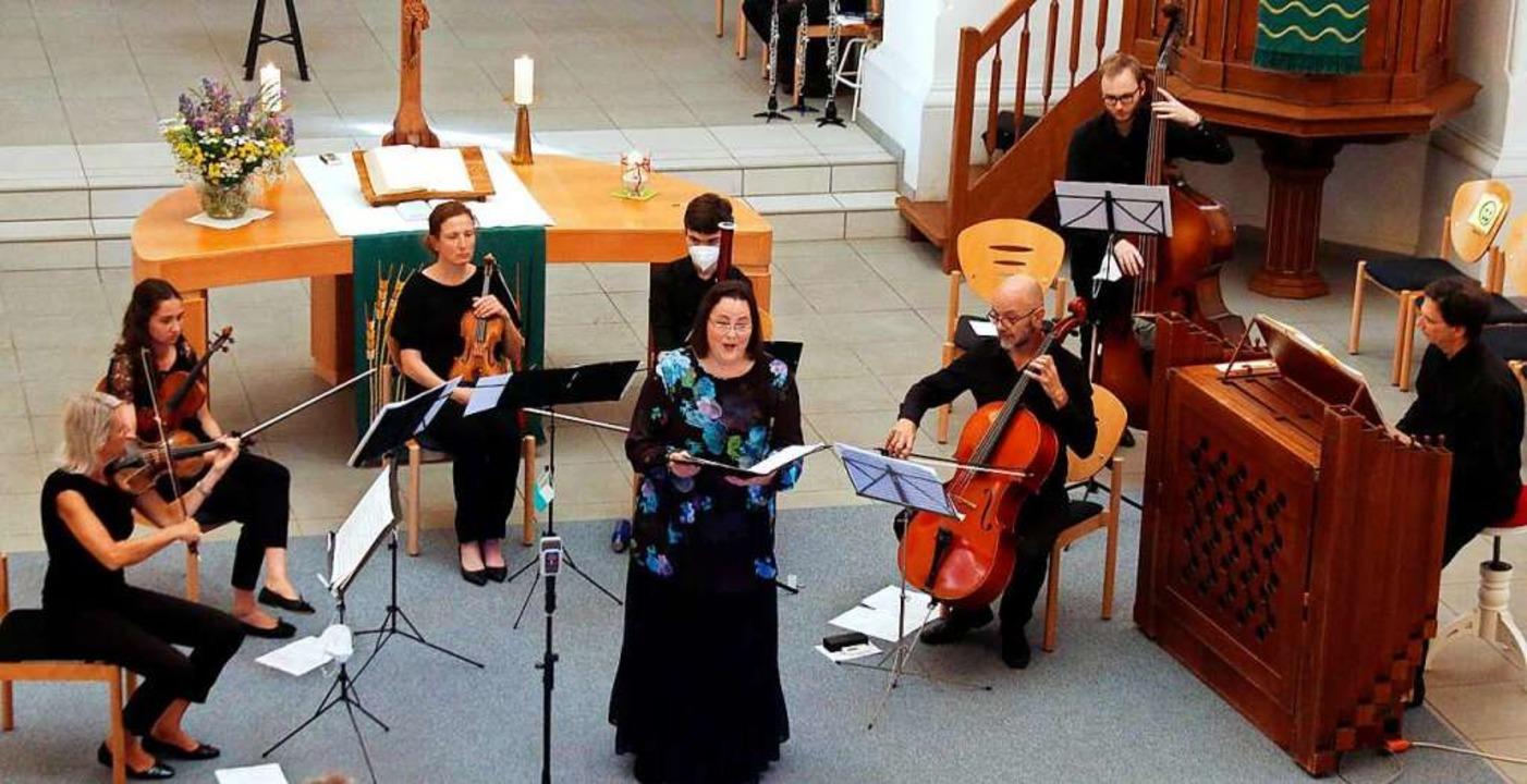 Viola de Galgóczy (Mitte) und die Capella Instrumentalis Ortenau wirkten mit.     Foto: Heidi Fößel