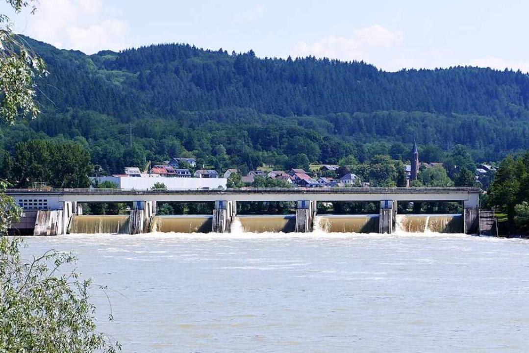 Über alle fünf Wehrfelder des Wasserkr...ingen fließt  auf diesem Bild  Wasser.    Foto: Hildegard Siebold