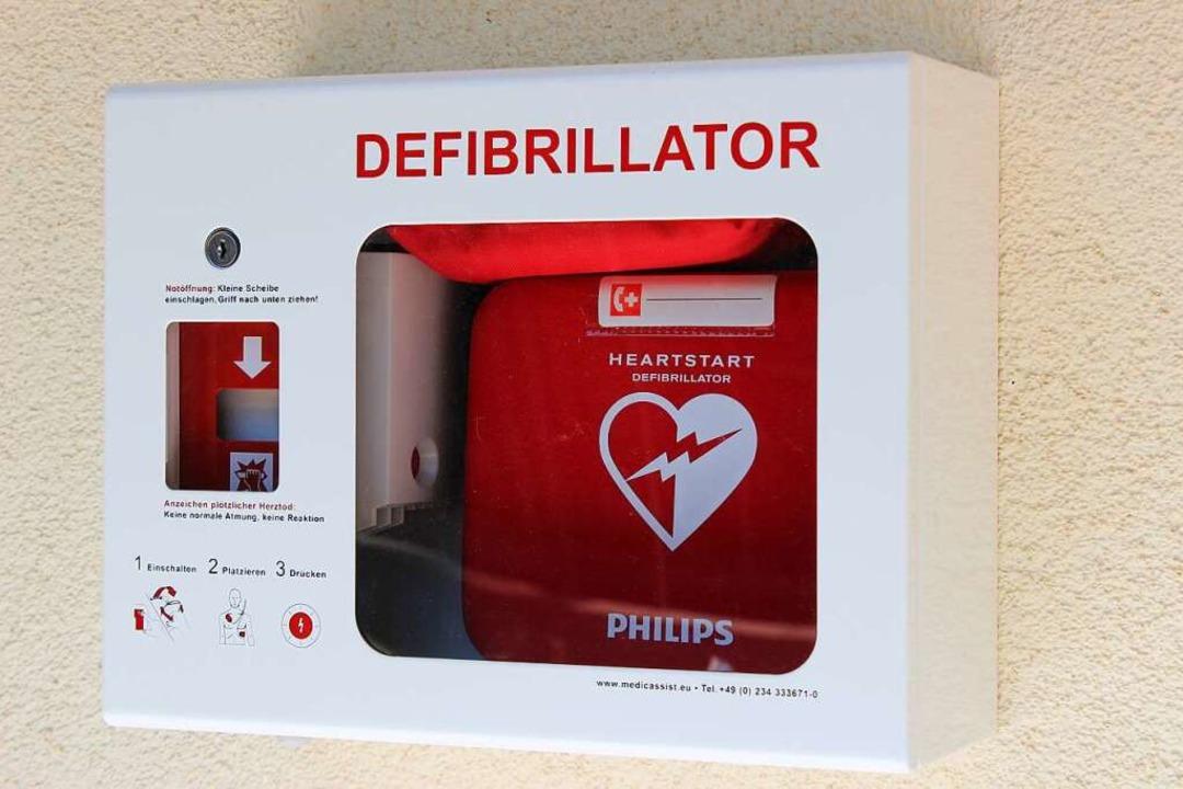 Defibrillator an einer Hauswand  | Foto: Jennifer Ruh