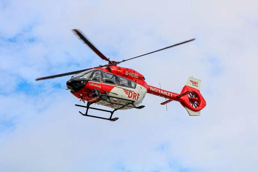Der Helikopter brachte den Fahrer in eine schweizer Klinik.    Foto: Bert Spangemacher (dpa)