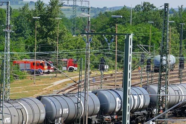 Benzin tropft aus Kesselwagen im Rangierbahnhof – Spezialfirma schließt Leck