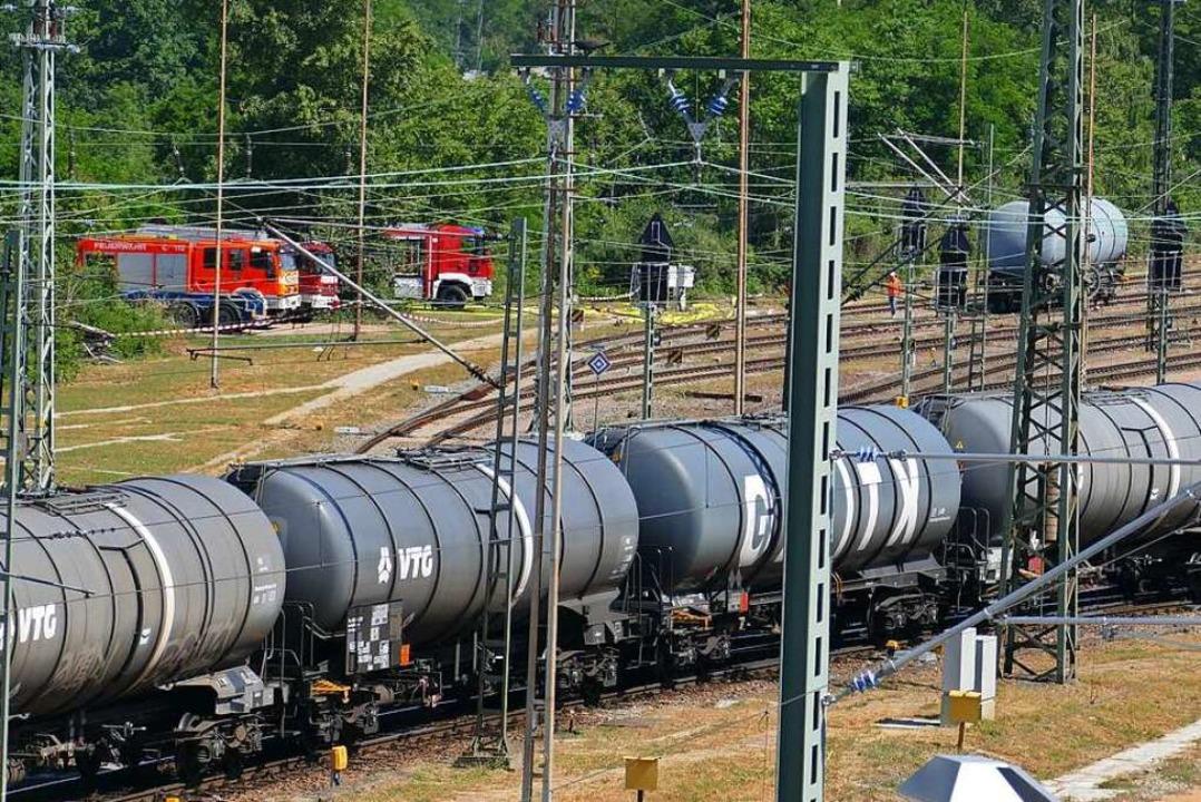 Während im Vordergrund ein Zug mit Kes... tropfenden Tankwaggon im Hintergrund.    Foto: Ulrich Senf