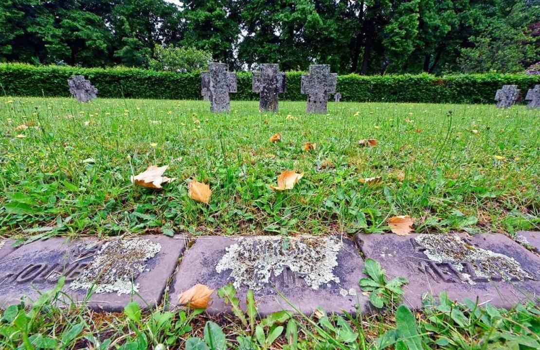 Verwitterte Gedenksteine für Kriegsopfer auf dem Hauptfriedhof  | Foto: Michael Bamberger