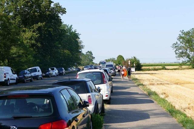 Unbekannte zerkratzen Autos am Baggersee in Neuenburg-Zienken