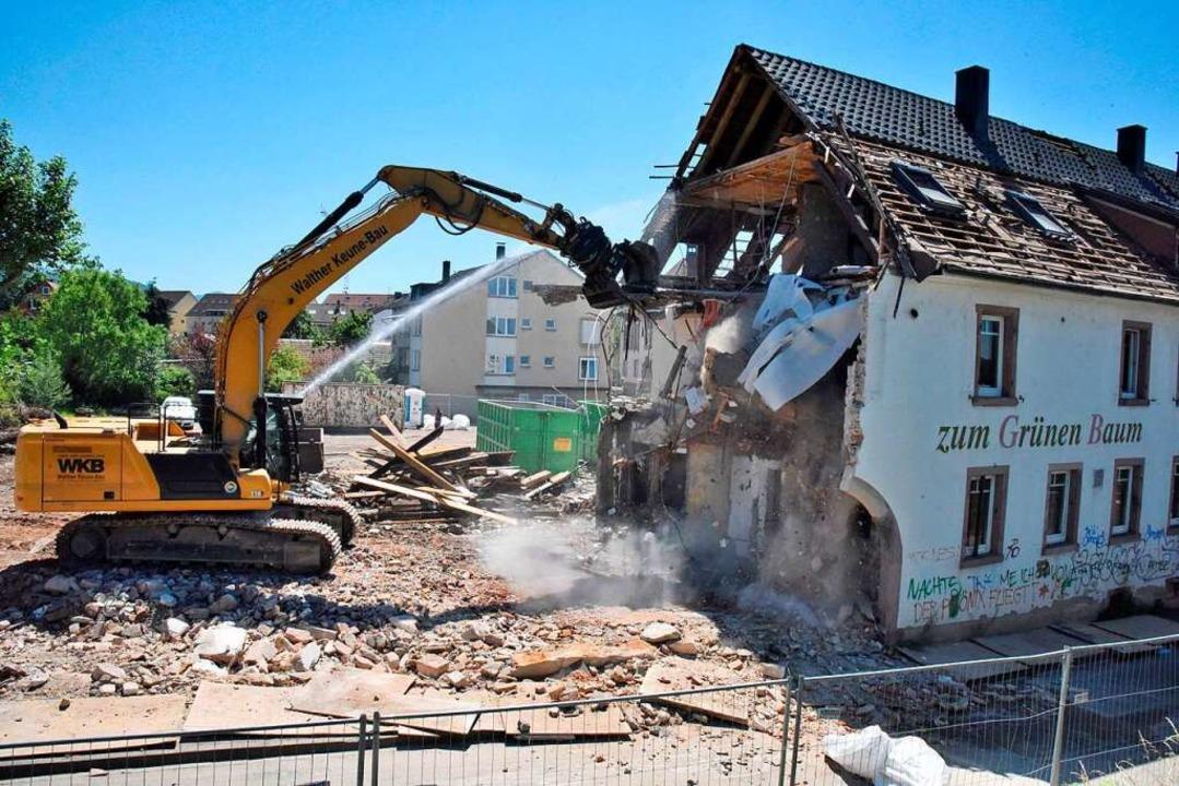 Der Abrissbagger arbeitet sich durch d...ehemaligen Gasthauses zum Grünen Baum.    Foto: Markus Zimmermann