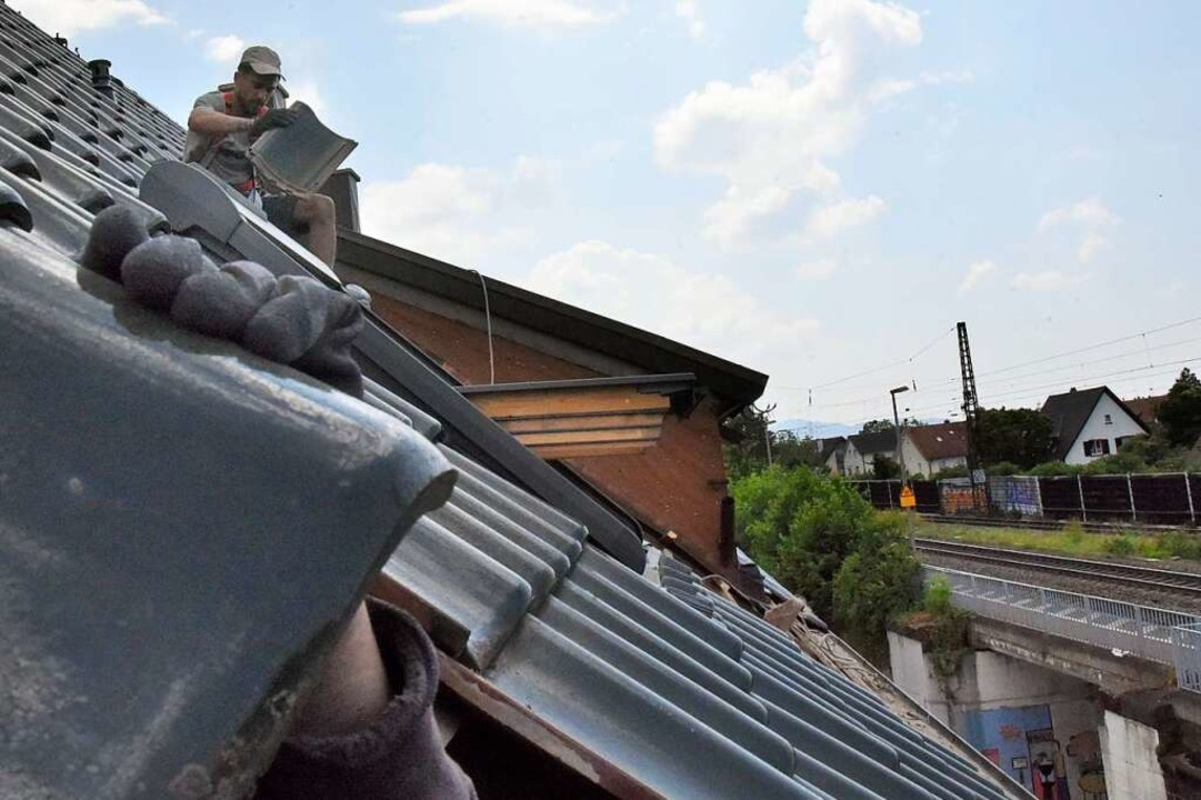 Die Ziegel kommen einzeln von Hand vom Dach    Foto: Markus Zimmermann