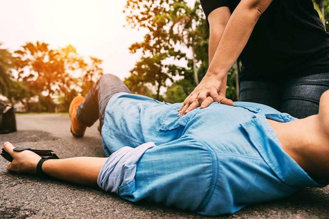 Die Herzdruckmassage muss solange weitergehen, bis der Rettungsdienst kommt.  | Foto: spkphotostock  (stock.adobe.com)