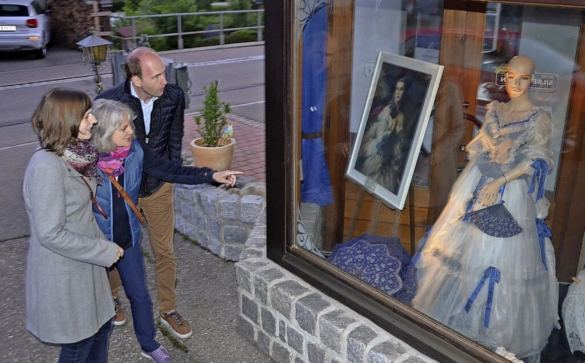 Sehr angetan von der Kunst im Dorf zeigte sich eine Familie aus Frankfurt.  | Foto: Christiane Sahli