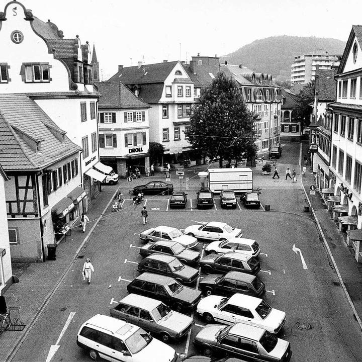 Vor mehr als 20 Jahren parkten noch Autos auf dem Schloßplatz.     Foto: Stadt Lahr