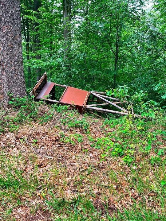 Ein Hochsitz liegt im Heiligenzeller Wald. Er wurde umgestoßen.  | Foto: Uwe Lienhard