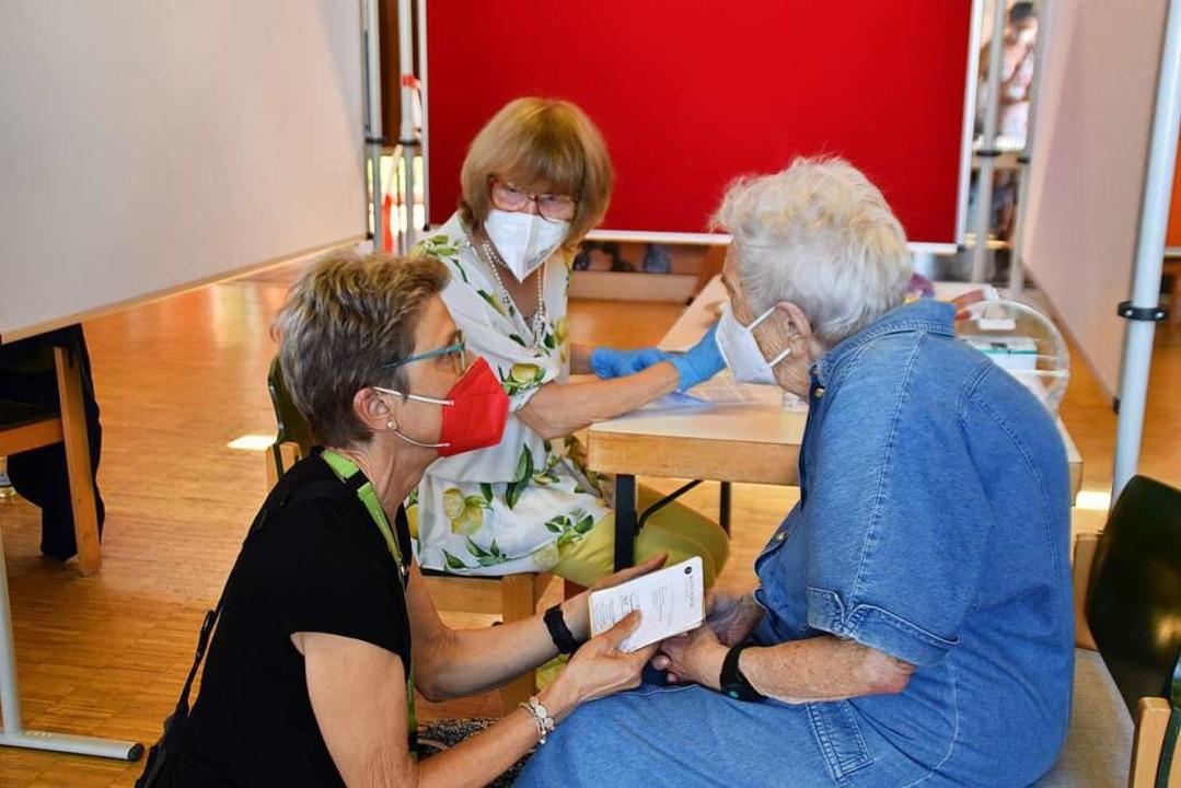 Bei der 99-jährigen Johanna Laske sind...auch Vertrauen und Feingefühl gefragt.  | Foto: Maja Tolsdorf