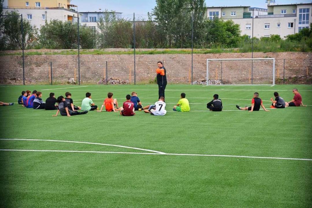 Die Fußballer haben derweil den Kunstrasen (rechts) in Beschlag genommen.    Foto: Hannes Lauber