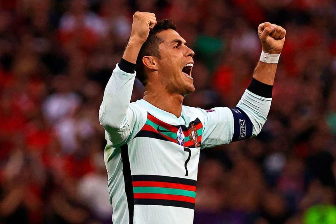 Cristiano Ronaldo freut sich vor volle... ist nun alleiniger EM-Rekordtorjäger.  | Foto: BERNADETT SZABO (AFP)