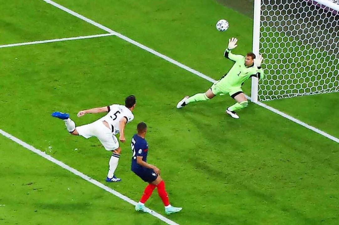 Torhüter Manuel Neuer  kann das Eigentor durch Mats Hummels  nicht verhindern.  | Foto: Christian Charisius (dpa)