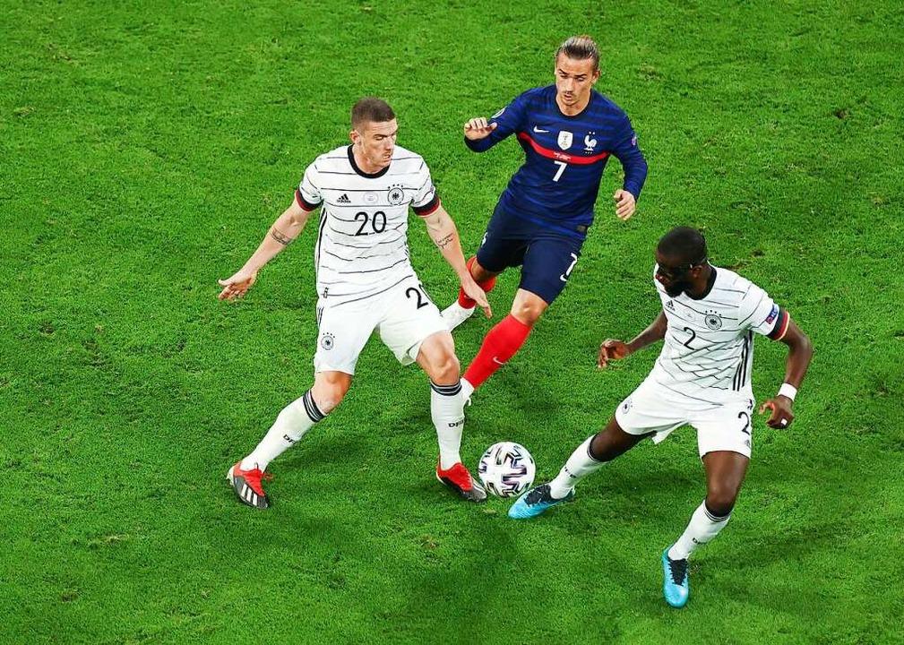 Robin Gosens (Deutschland) und Antonio... gegen Antoine Griezmann (Frankreich).  | Foto: Christian Charisius (dpa)