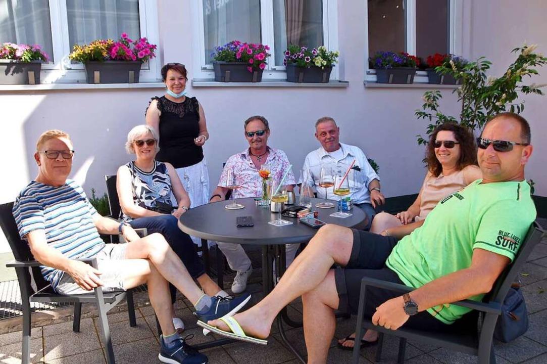 Tanja Tatzke (stehend) mit Gästen im Außenbereich der  Weinstube  Spitz  | Foto: Horatio Gollin