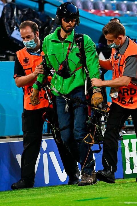 Der Aktivist wird aus dem Stadion gebracht.  | Foto: Federico Gambarini (dpa)