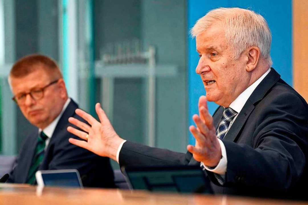 Seehofer und Verfassungsschutz-Chef Th...inks) bei der Vorstellung des Berichts  | Foto: MICHAEL SOHN (AFP)