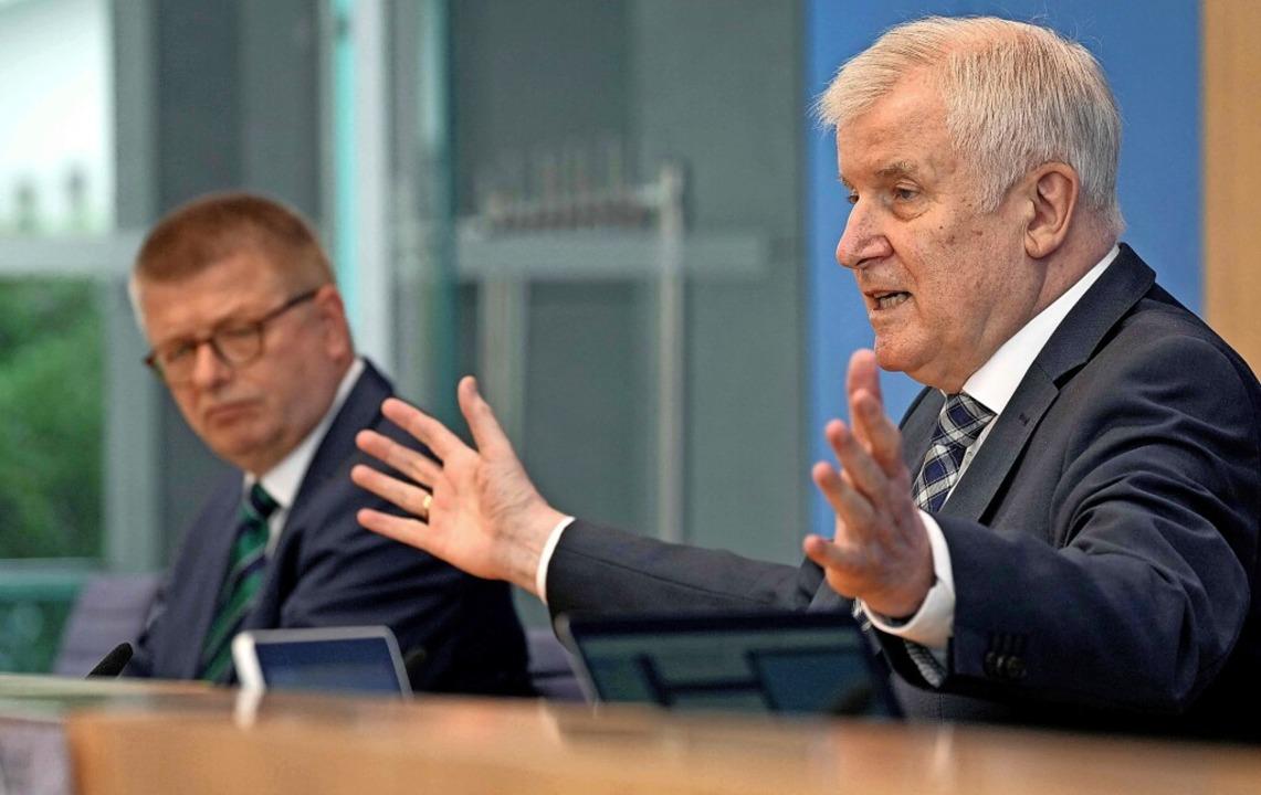 Seehofer und Verfassungsschutz-Chef Th...inks) bei der Vorstellung des Berichts    Foto: MICHAEL SOHN (AFP)