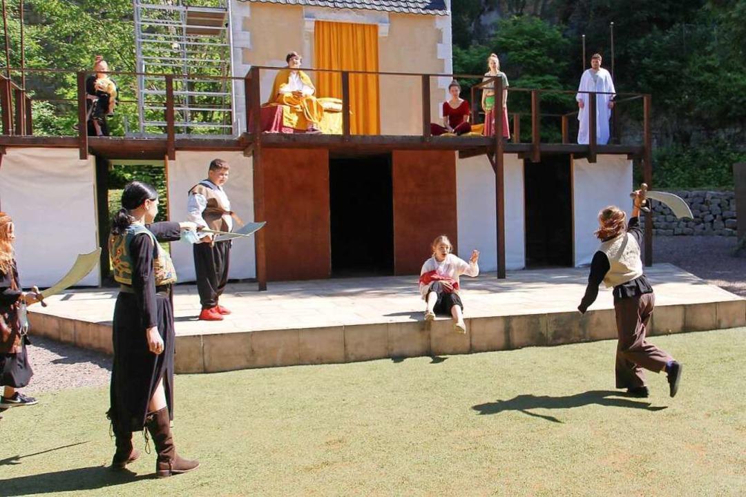 Sobald mehrere Schauspieler auf der Bü...s sie genug Abstand voneinander haben.    Foto: Ruth Seitz