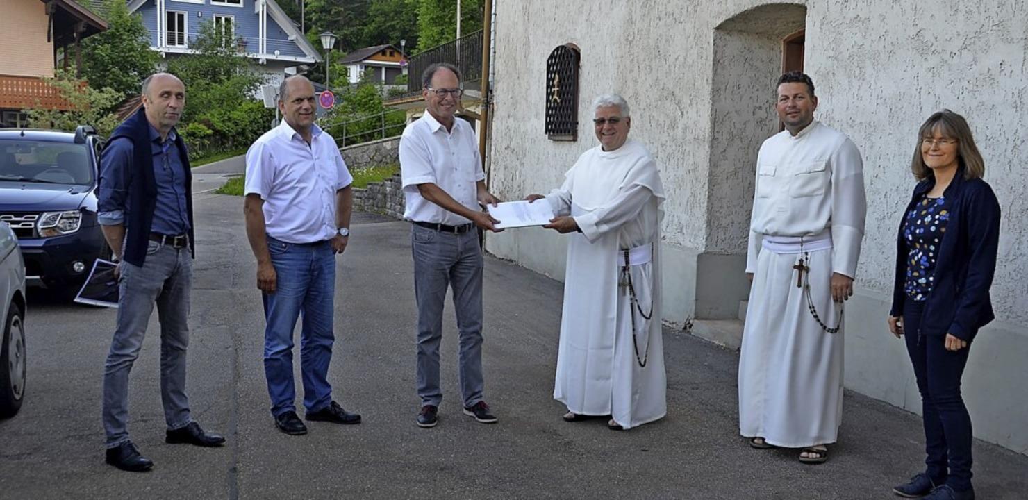 Pater Roman (Dritter von rechts) überg...Simon. Zweiter von rechts Pater Lukas.  | Foto: Christiane Sahli