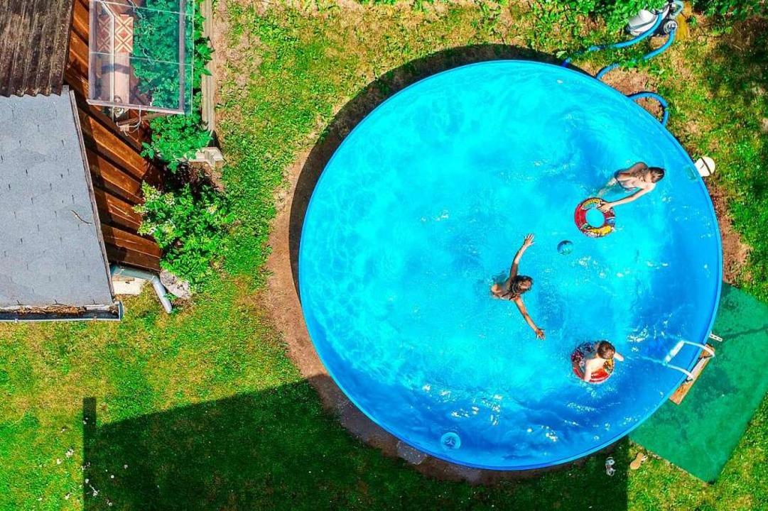 Gartenpools sind auch im zweiten Corona-Sommer beliebt.  | Foto: Patrick Pleul (dpa)