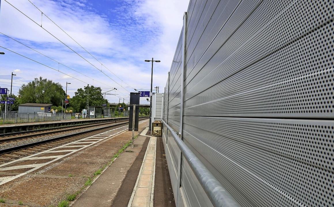 Schallschutzwände entlang der Bahn sin...usen sieht sie als drohende Belastung.  | Foto: Sandra Decoux-Kone