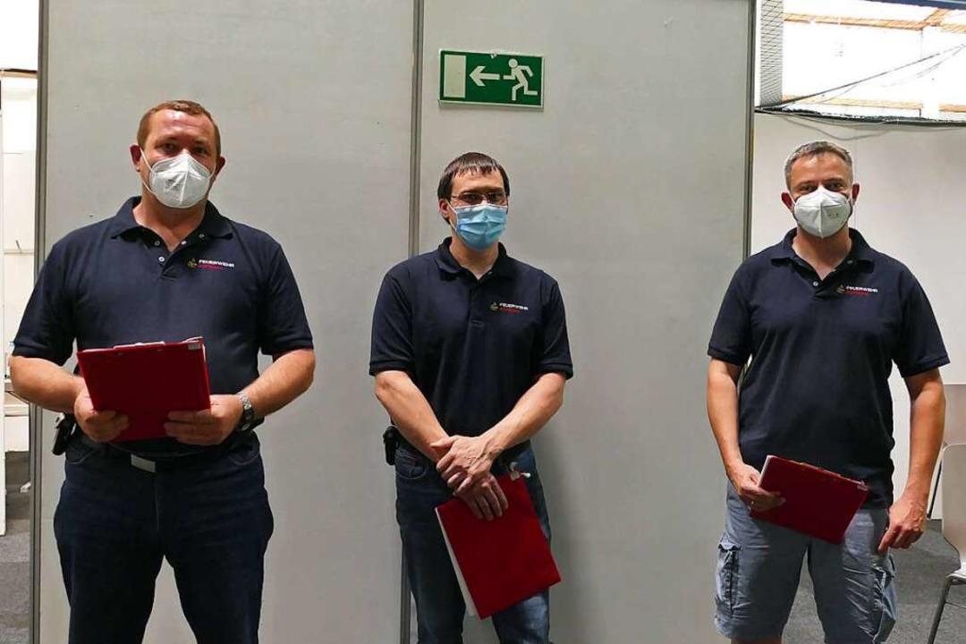 Angehörige der Freiwilligen Feuerwehr ...ießen sich am Montag ebenfalls impfen.  | Foto: Stefan Mertlik