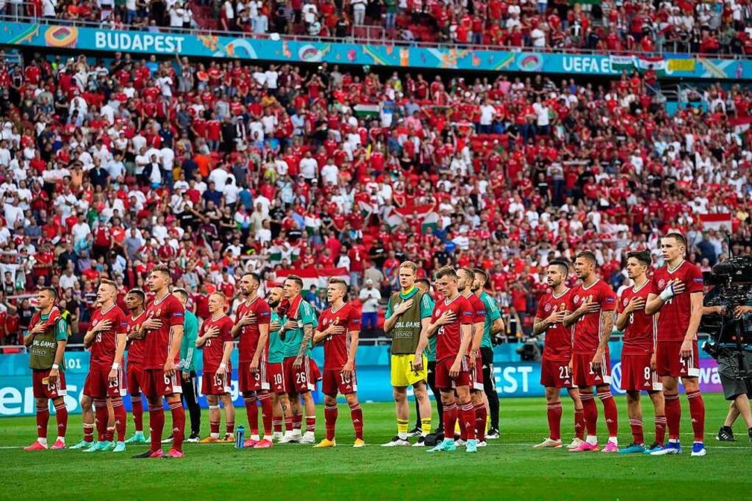 Andächtige Spieler und viele, viele Zu...211; beim Spiel Ungarn gegen Portugal.    Foto: Darko Bandic (dpa)