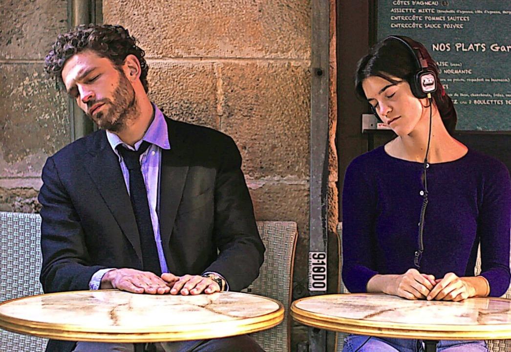 Pas de Deux in einem Pariser Straßencafé: Arnaud Valois, Suzanne Lindon    Foto: - (dpa)