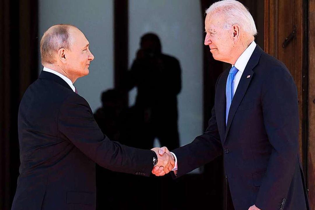 Russlands Staatschef Wladimir Putin und US-Präsident Joe Biden  | Foto: BRENDAN SMIALOWSKI (AFP)