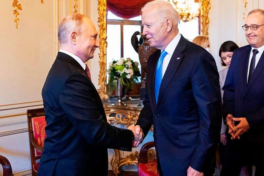 Wladimir Putin (li.) und Joe Biden begrüßen sich bei ihrem Treffen in Genf.  | Foto: PETER KLAUNZER (AFP)