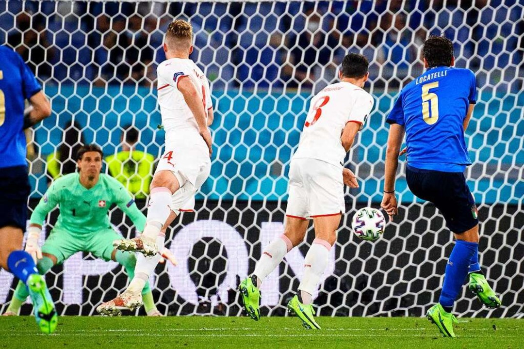 Manuel Locatelli (rechts) erzielt das 2:0 gegen die Schweiz.  | Foto: Jean-Christophe Bott (dpa)