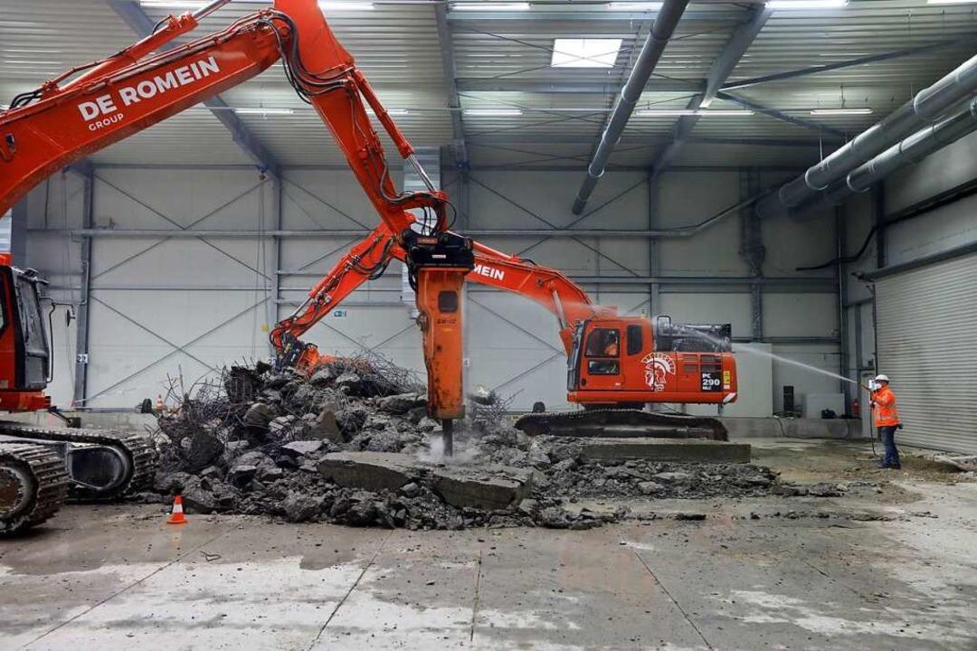 Vor dem Beginn des Aushubs wurde die d...tte schützende Betonplatte abgetragen.  | Foto: Pressefoto Roche