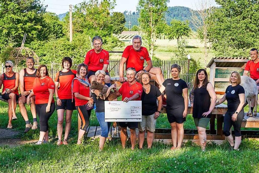 Tierisch gefreut hat sich das Team des...uro von der Laufgruppe (rote Shirts).     Foto: Gert Schladebach
