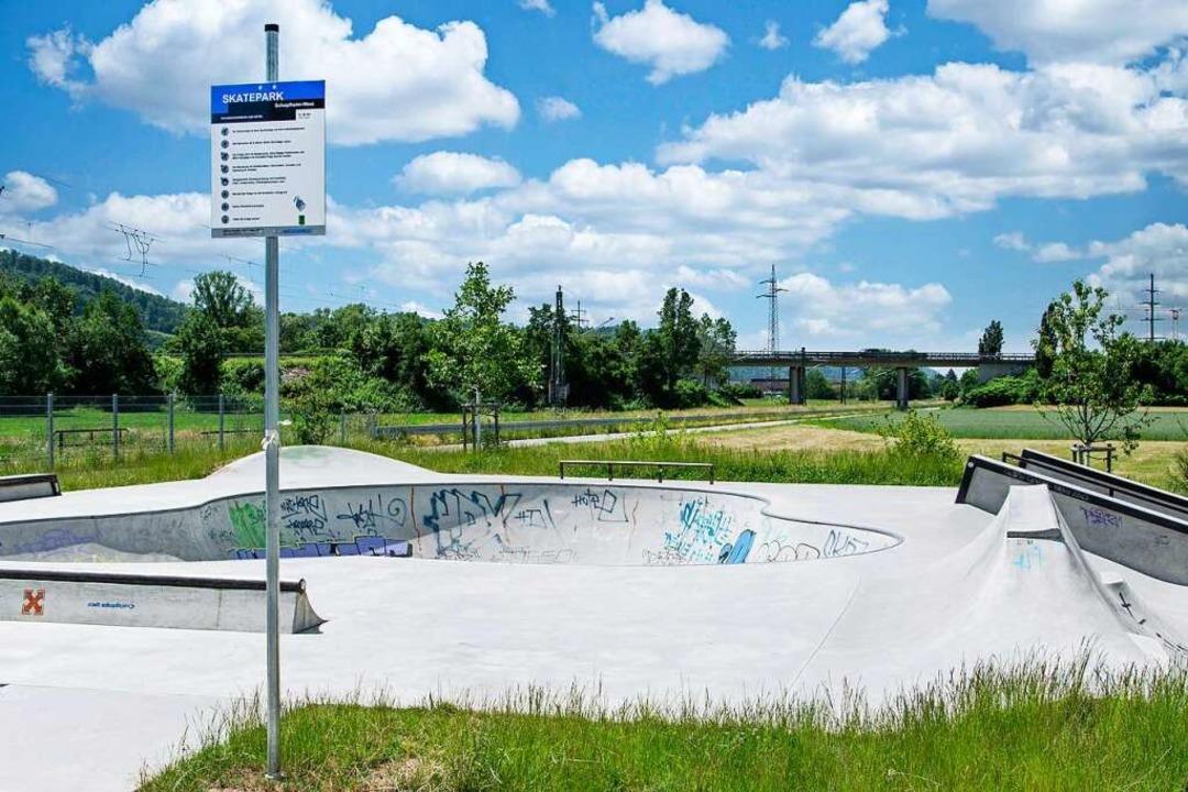 Ein Schild verweist auf die geltenden Nutzungsregeln für die Skateanlage.  | Foto: Paul Eischet