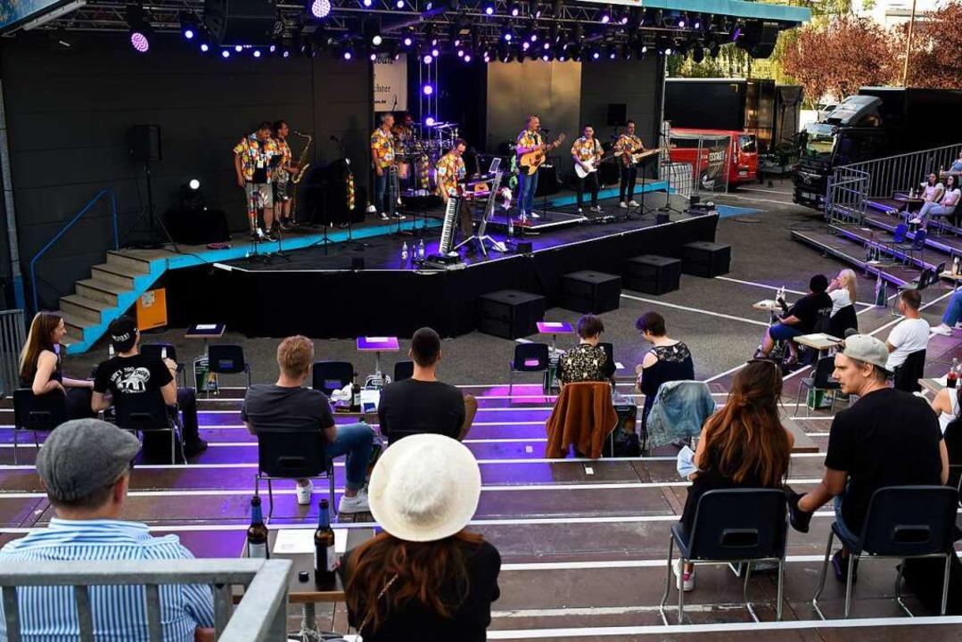 Livemusik mit Abstand –  Prof. A...e Heimleuchter auf der Tecstage-Bühne.  | Foto: Thomas Kunz