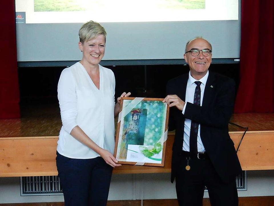 Ein Erinnerungsgeschenk bekam Ulrike Weiß von Bürgermeister Roland Tibi    Foto: Kurt Meier