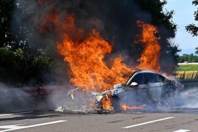 Auto gerät auf der Autobahn in Brand